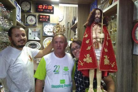 """Shopping Popular recebe bandeira do """"Senhor Bom Jesus de Cuiabá"""" padroeiro da Capital"""