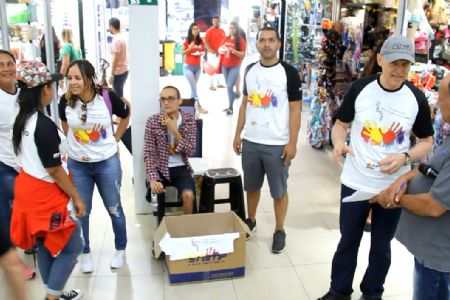 Voluntários do Hospital de Câncer realiza ação no Shopping Popular