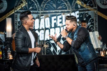 Shopping Popular terá show da dupla sertaneja João Felipe e Gabriel nesta quarta
