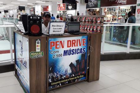 O Rei do Pen Drive armazena até 3mil músicas em 140 pastas no Shopping Popular
