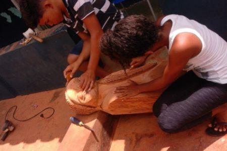 Artistas moçambicano ministra curso de escultura em madeira