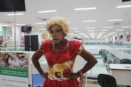 """Cuiabana de """"tchape e cruz"""", Comadre Nhara visita o Shopping Popular"""