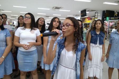 Coral Kyeios trouxe para o Shopping Popular a mensagem do Natal através do canto
